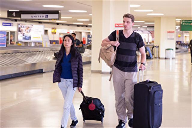 王曉丹夫婦到中國接父親來美國團聚遭中共阻攔,二人2016年8月初回到美國機場。(記者戴兵/攝影)