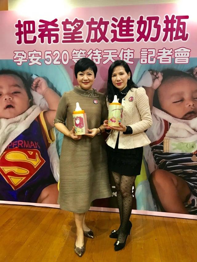 藝人崔佩儀(左)與台北大世紀扶輪社創社社長陳麗華(右)一起參與「孕安520」奶瓶天使等待記者會。(記者陳奕捷/攝影)