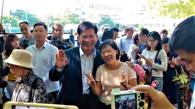 民進黨市長候選人林佳龍與夫人廖婉如在排隊人龍中開心合照。(記者黃玉燕/攝影)