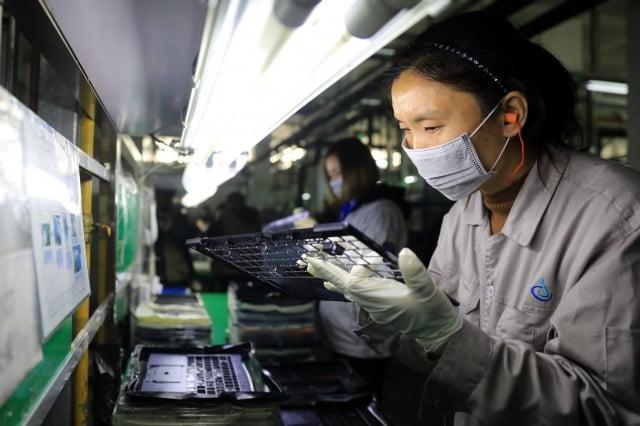 面對美中貿易戰,台商考量移動供應鏈時,常常把勞動成本低且租稅優惠過高的國家地區納入考量,但當貨物銷到美國、歐盟時,卻面臨被「雙反」。圖為示意圖。(STR/AFP/Getty Images)