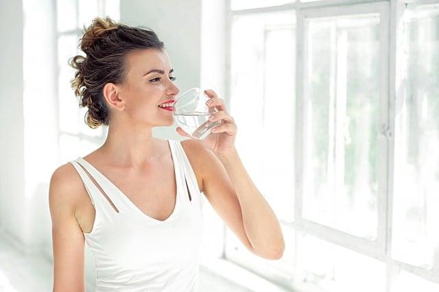 建議在起床後,先慢慢喝下一杯水,滋潤並刺激腸胃蠕動以促進排便。(Fotolia)