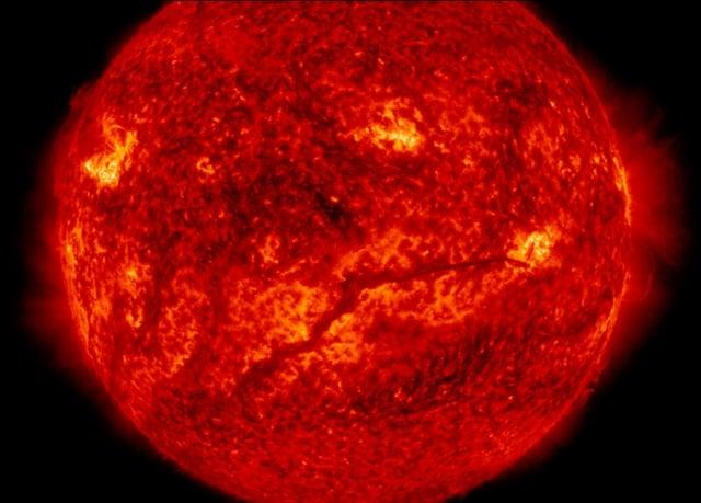 科學家發現一顆與太陽很類似的恆星,可能是太陽的「雙胞胎兄弟」。圖為NASA在2015年2月10日拍攝到的太陽表面。(NASA)