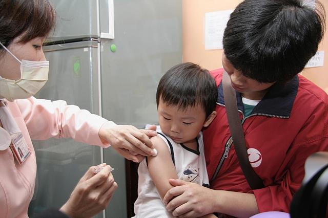 孕婦及3歲以下幼兒流感疫苗接種率低,台大醫院小兒部醫師林秉穎呼籲盡早施打疫苗,才有保護力。(疾管署提供)
