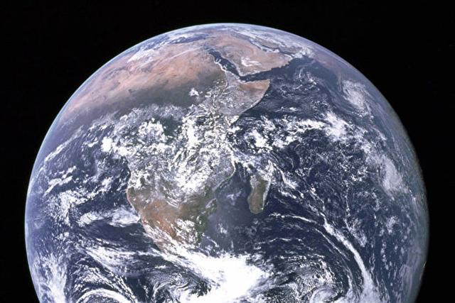 研究發現,地球正在將大量海水吸入地殼內部,但其去向不明。圖為從外太空拍攝地球的照片。(NASA)