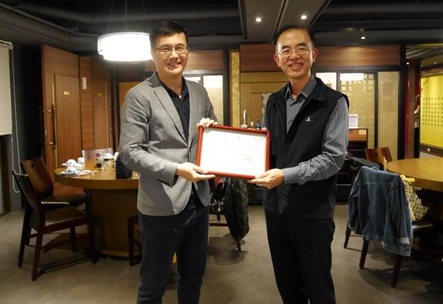 台灣世界展望會主任廖健鈞(左)致贈感謝狀給御蒸饌經理李國鼎。