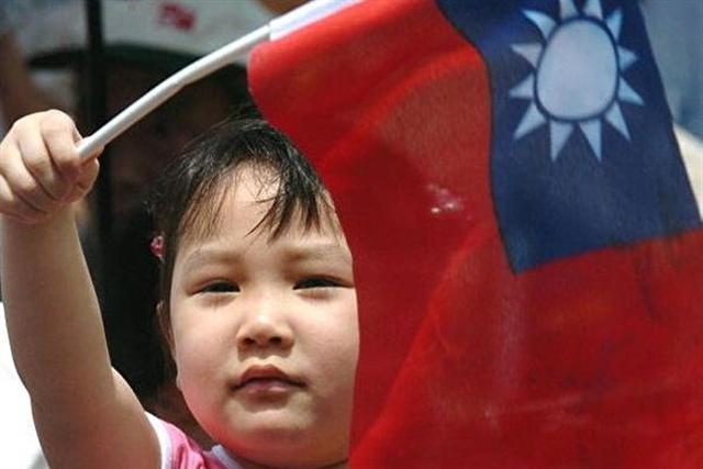 方要併吞台灣、消滅台灣的自由民主,一方要保護台灣維持自由民主,台灣住民在正與邪、善與惡的兩邊,要選靠哪一邊呢?(AFP/Getty Images)