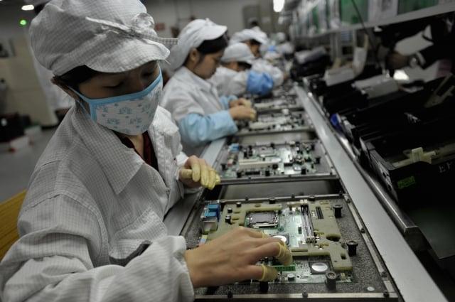經濟部統計,全台營運中的工廠為8萬7,149家,其中電子零件業營業收入新台幣4兆301億元,占24.1%,居各業之冠。圖為示意照。(AFP)