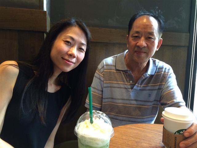 父女重逢,在中國廣州,王曉丹(左)給父親買了一杯自己最愛喝的咖啡。(王曉丹提供)