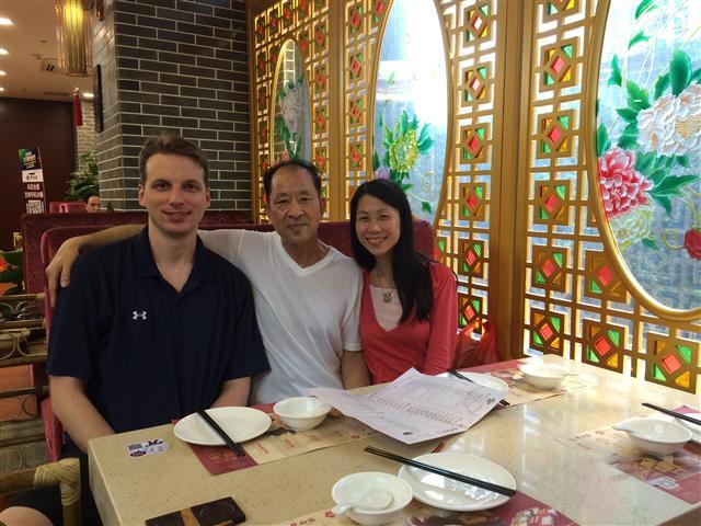 王曉丹(右)18歲離開父親(中),18年後的2016年才與父親在中國重逢,可是幸福是那麼短暫。左1為王曉丹丈夫傑夫。(王曉丹提供)
