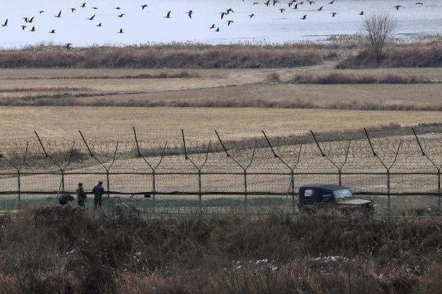 韓國軍方表示,一名北韓士兵12月1日早晨越過軍事分界線(MDL)投奔韓國。圖為南北韓軍事分界線。(JUNG YEON-JE / AFP / Getty Images)