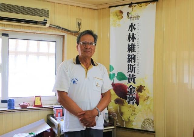退休校長李高章,自創「校長地瓜」品牌。(吳雁門/攝影)