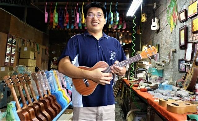 「冠弦吉他樂器社」第二代負責人陳敬芳。(吳雁門/攝影)