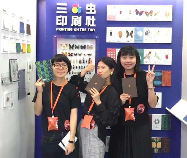 《昆蟲印刷指南》由陳乙萱、陶睿、蔡曣禛(左起)三人合力完成,勇奪2018「金點概念設計獎」視覺傳達設計類-年度最佳設計獎。