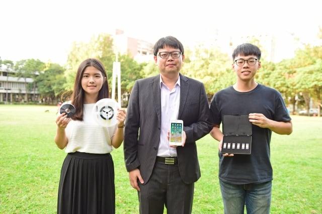 陳世綸教授(中)研發出全世界最小的振盪器控制晶片,可應用於智慧型手機等各式電子產品。(中原大學提供)