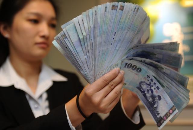 台幣兌美元匯率去年強升7.5%,創30年來最大升值紀錄,導致擁有大量外匯資產的央行帳面損失超過新台幣1兆元。(Getty Images)