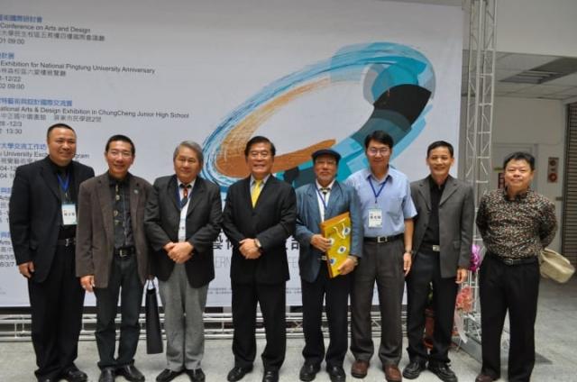 「2018藝術與設計國際研討會暨創作展」在屏東大學登場,屏東大學校長古源光(左4)與來自國內外的學者及藝術家合影。