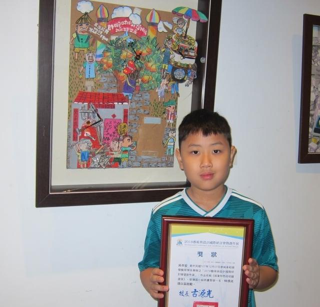 西畫類國小組第一名是屏東市中正國小吳崇安,作品「屏東特色咕咕鐘選拔」,他以複合媒材多層次的表現出農村生活的純樸味道。