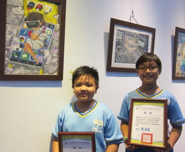 屏東市民和國小蕭玄鈞(左)和郭穆宸(右)分別獲得西畫類國小組第二名及第三名。