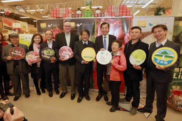 屏東縣長潘孟安(中)領軍於加拿大Richmond的Price Smart Food(佳廉超市)舉辦屏東優質農產品行銷推廣記者會。(屏東縣政府提供)