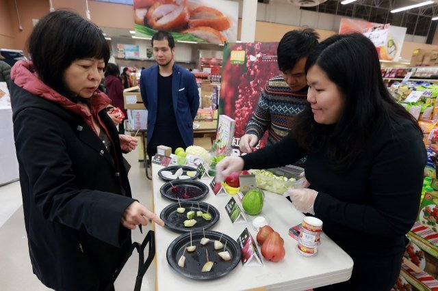 屏東縣長潘孟安領軍於加拿大的超市舉辦「屏東優質農產品行銷推廣記者會」,活動現場舉辦試吃品嚐,當地民眾一試成主顧。
