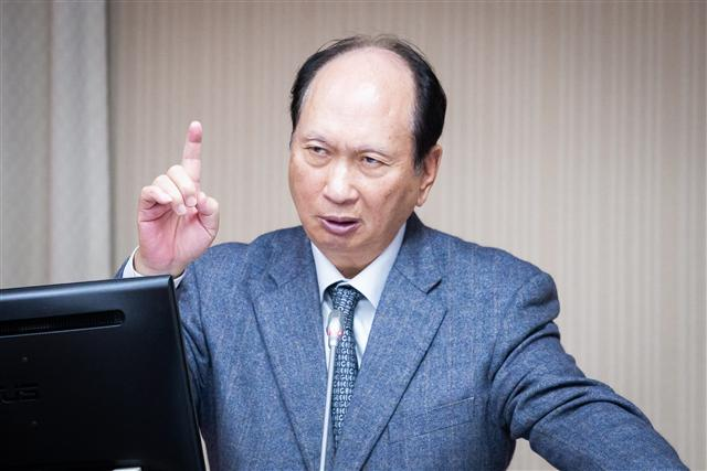 公共工程委員會主委吳澤成10日表示,依《政府採購法》規定,只要是涉及國安採購,主管機關與工程會都能限制招標條件,並嚴加審查。(記者陳柏州/攝影)