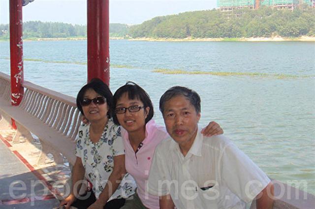 姚遠鷹在中國時和父母的合影(左為母親梁欣,中為姚遠鷹,右為父親姚國付)。(姚遠鷹提供)