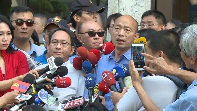 公開表態支持「九二共識」引發爭議,吳寶春 11 日由高雄市長當選人韓國瑜陪 同召開記者會回應。(新唐人亞太台提供)