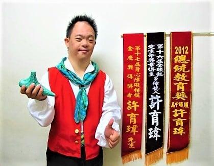 特教生許育瑋已是一名台中在地的街頭藝人,不但能吹奏陶笛和薩克斯風,也先後榮獲「2012年總統教育獎」等大獎。(台中特殊教育學校提供)