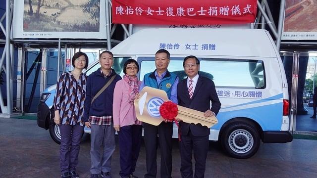 今日捐贈復康巴士現場由嘉義市長涂醒哲(右)代表接受。