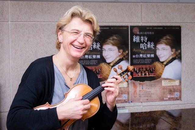 作為優秀的小提琴家和教育家,維特哈絲本人亦如其音樂一般嚴謹又溫暖。
