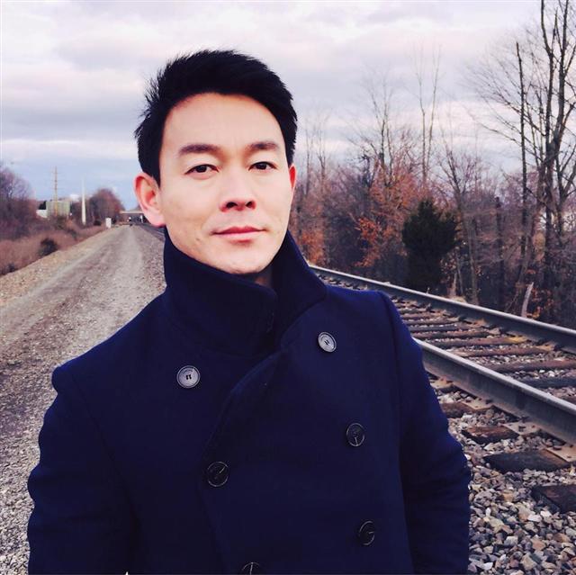 著名影視演員﹑新唐人節目主持人姜光宇的生活照。(姜光宇提供)