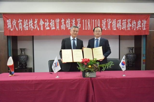 台灣港務股份有限公司高雄港分公司總經理陳劭良(左)與韓國現代商務株式會社總經理崔壯豪(右)簽署專用碼頭租賃契約。(高雄港務分公司提供)