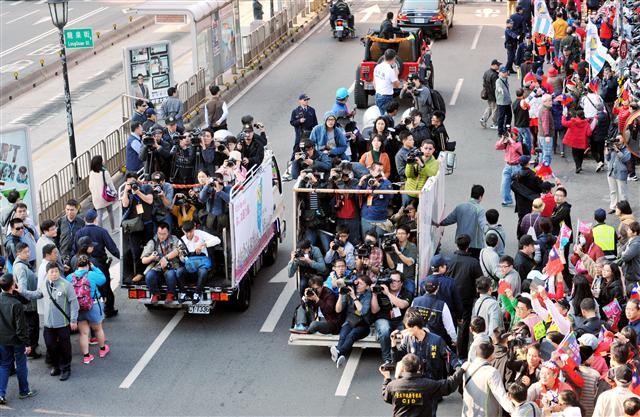 傅崐萁被爆出任內開出25個媒體採購案,用公帑找記者蒐集輿情,影響媒體報導花縣府的方式。圖為示意圖。(SANDY CHENG/AFP/Getty Images)