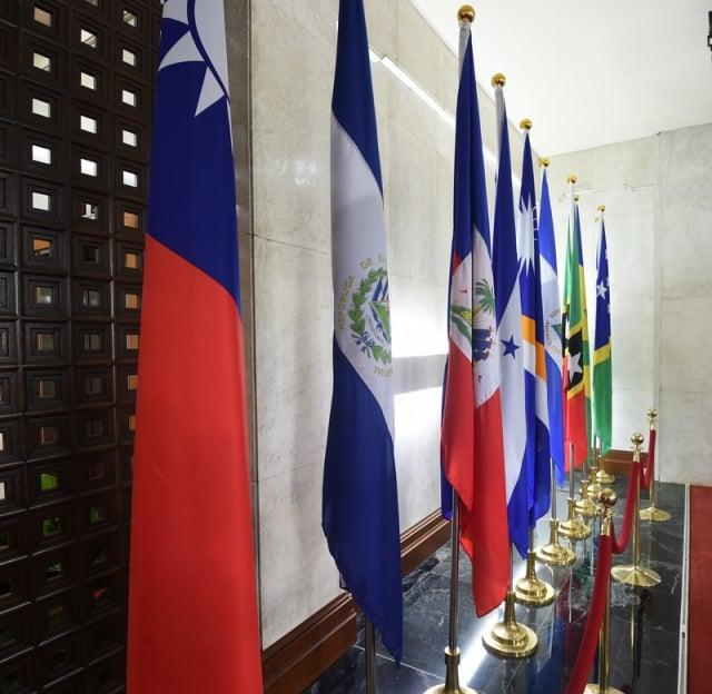 2018年5月初至8月底,總共有多明尼加、布吉納法索和薩爾瓦多三國與我方斷交,改與中共建交。圖為薩爾瓦多國旗(左2)。(中央社資料照)