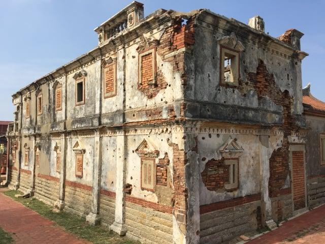 建於民國17年的「北山古洋樓」牆面上遺留下滿目瘡痍的彈孔,為飽受數不清的炮彈摧殘後留下來的歷史見證建築物。