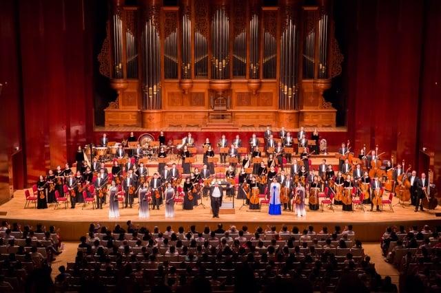 2018年9月13日晚,神韻交響樂團於台北國家音樂廳舉行演出。指揮米蘭.納切夫(Milen Nachev)帶領所有藝術家們謝幕,爆滿的觀眾不斷喊安可,掌聲不斷。(記者陳柏州/攝影)