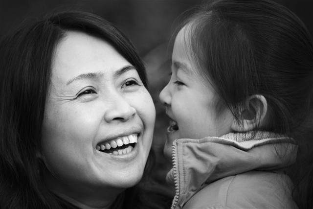 內政部修法規定,中國大陸配偶若有與子女會面交往或扶養事實,或遭強制出境將造成子女重大且難以回復損害之虞時,可繼續在台居留。圖為示意圖。(Fotolia)