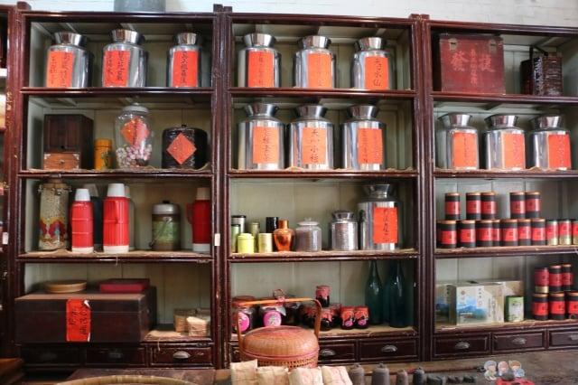 泛黃茶櫃、老茶壺,用寂靜訴說歷史。(吳雁門/攝影)
