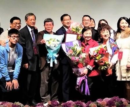 接受東海大學2017年傑出校友表揚,蔡宗易(中)。(力麗觀光提供)
