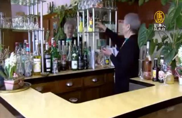 老闆娘瑪麗路易斯‧沃斯非常喜歡經營酒吧,這一經營就是60多年。(新唐人)