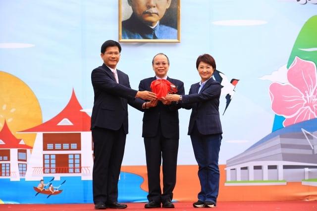 新任市長盧秀燕(右)從卸任市長林佳龍手中接下印信。(記者黃玉燕/攝影)