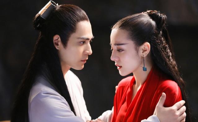 周渝民(左)、迪麗熱巴(右)。(LINE TV提供)