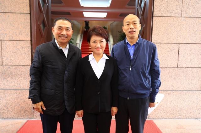 行政院會後,盧秀燕(中)與新北市長侯友宜(左)、高雄市長韓國瑜(右)合影。(台中市政府提供)