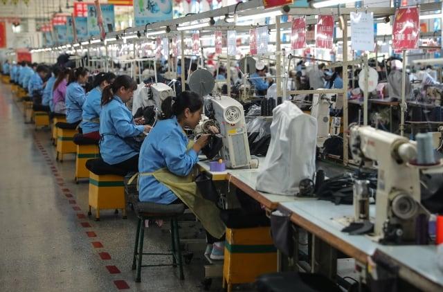 美中貿易戰迄今為止已歷時近6個月,分析師表示,明年關稅將對中國經濟造成顯著衝擊,削弱其經濟成長。圖為示意圖。(STR/AFP/Getty Images)