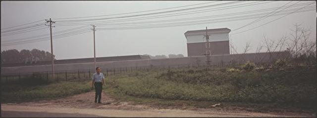 2016年7月30日,孫毅在馬三家男子勞教所一所高牆的外面。這個所的三大隊(法輪功專管大隊)是他遭受嚴厲酷刑之地。(攝影/杜斌)