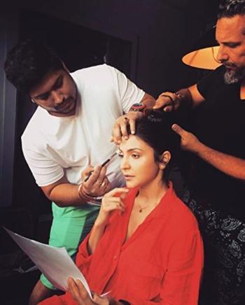 喬爾吉歐(右)在傳記片片場為艾魯絲卡·沙瑪設計髮型。(加布利埃爾·喬爾吉歐提供)