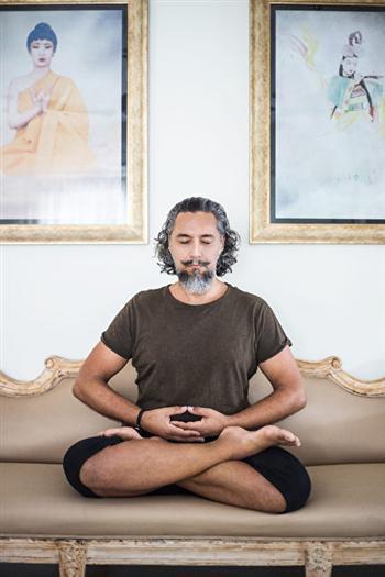 喬爾吉歐在家中打坐。(Adhiraj Chakrabarti提供)