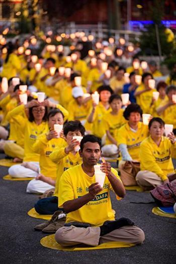 蘇曼在紐約中國領事館前參加法輪大法燭光悼念活動資料照。(記者愛德華/攝影)