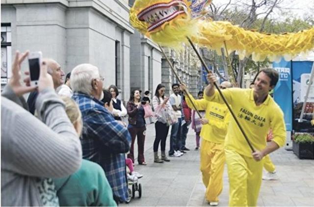 德勃茲在參加法輪大法遊行活動。(John de Beaux提供)