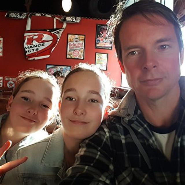 德勃茲2017年10月與兩個女兒合影。(John de Beaux提供)